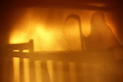 鬼魂站立在金黄墙壁上的台阶的阴影迷离 免版税图库摄影