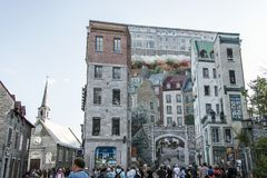 魁北克加拿大13 09 2017年壁画Fresque Quebecois绘画艺术墙壁地方Royale老更低的镇绘了城市历史 免版税库存图片