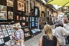 魁北克加拿大13 09 2017年街道有绘画的画展艺术家游人的老魁北克市 库存照片
