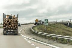 魁北克加拿大09 09 2017 - 移动trans加拿大高速公路木材收获领域植物加拿大安大略魁北克的大采伐的卡车 免版税库存照片