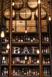 魁北克加拿大13 09 2017 - 苦味健胃药和酒禁止逆与瓶被定调子的葡萄酒样式砖墙和四周光 免版税库存照片