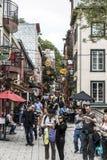 魁北克市加拿大13 09 2017个人在更低的镇魁北克历史城区,其中一个旅游胜地是联合国科教文组织遗产站点 免版税图库摄影