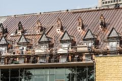 魁北克市加拿大19 09 2017个屋顶恢复著名的魁北克军械库重建跟随的火毁坏了社论 库存图片