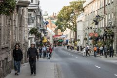 魁北克市加拿大13 09 在圣约翰` s魁北克历史城区联合国科教文组织世界遗产珍宝的街道零件的2017个人生活 免版税库存图片