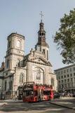 魁北克市加拿大13 09 2017在蛇麻草的旅游蛇麻草Notre Dame魁北克老镇大教堂大教堂公共汽车前面  库存照片
