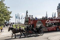 魁北克市加拿大13 09 2017大别墅Frontenac联合国科教文组织遗产城市红色观光的双重甲板公共汽车前面游览 图库摄影