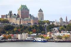 魁北克市地平线和圣劳伦斯河在秋天 库存照片