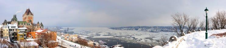 魁北克市有大别墅的Frontenac地平线全景 免版税库存照片