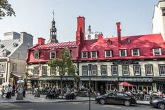 魁北克市,加拿大13 09 著名Auberge du Tresor餐馆旅馆2017红色屋顶在魁北克市历史的老镇  免版税库存照片