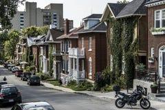 魁北克市,加拿大13 09 2017辆汽车在魁北克历史城区加拿大社论的欧洲建筑学行格住宅前面停放了 免版税库存照片