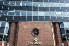 魁北克,加拿大12 09 2017年葡萄酒在红砖墙壁上的驻地时钟在斯坦Monat律师修造的社论 免版税库存照片