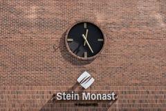 魁北克,加拿大12 09 2017年葡萄酒在红砖墙壁上的驻地时钟在斯坦Monat律师修造的社论 库存照片