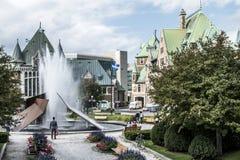 魁北克,加拿大12 09 2017现代喷泉在Gare du Palais火车站前面的查尔斯Daudelin在魁北克,加拿大 库存图片