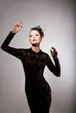 魅力。风格化黑礼服的兴高采烈的令人愉快的妇女。乡情 免版税库存照片