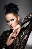 魅力。黑礼服和弓的豪华妇女。优雅 库存图片