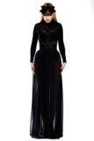 魅力。 长的黑礼服和盖帽的华美的妇女。 高级女式时装 库存照片