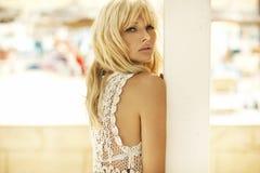 魅力一名可爱的白肤金发的妇女的样式照片 免版税图库摄影