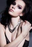魅力卷曲发型深色的美丽的妇女 明亮的构成 免版税库存图片