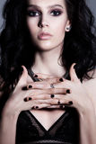 魅力卷曲发型深色的美丽的妇女 明亮的构成 免版税库存照片