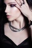 魅力卷曲发型深色的美丽的妇女 明亮的构成 库存图片