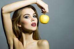 魅力女孩画象用苹果在手上 库存照片
