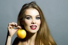 魅力女孩画象用苹果 库存图片