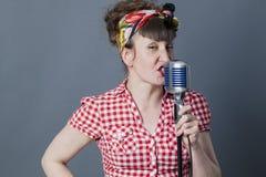 魅力女性摇摆物和声音艺术家有减速火箭样式唱歌的 免版税图库摄影