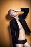 魅力方式姿势,美丽的白肤金发的女孩 免版税库存图片