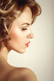 魅力时尚白肤金发的卷曲妇女秀丽画象 图库摄影