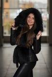 魅力穿黑冬天夹克的时装模特儿 库存图片