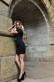魅力肉欲的年轻时髦的夫人室外时尚照片  免版税库存图片
