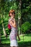 魅力肉欲的年轻时髦的夫人室外时尚画象太阳镜的有豪华手工制造snakeskin Python袋子的 库存图片