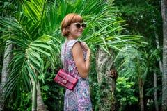 魅力肉欲的年轻时髦的夫人室外时尚画象太阳镜的有豪华手工制造snakeskin Python袋子的 免版税图库摄影