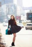 魅力肉欲的年轻时髦的夫人室外时尚画象穿时髦秋天服装,黑帽会议的 免版税库存照片
