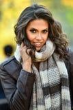 魅力年轻模型室外画象在秋天公园 免版税库存图片