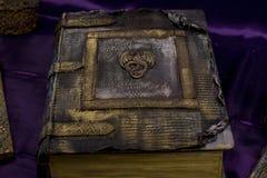 魔术不可思议和神秘的书从五角星形的 库存照片
