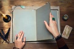 魔术书与拷贝空间的 未来读书 在算命者概念的占卜用的纸牌 库存照片