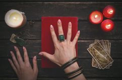 魔术和占卜用的纸牌书  库存图片