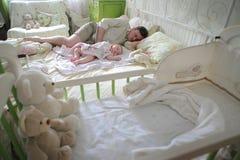 魔术在儿童` s屋子 爸爸和儿子睡觉 免版税库存图片