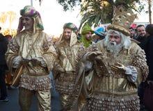 魔术家列队行进是一个传统许多国王教练在所有西班牙城市 Melchor和他的扈 库存照片