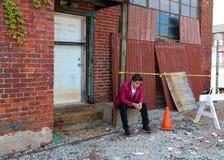 魔术师在底特律做在被放弃的大厦的密执安街道魔术在马达城市 免版税库存照片