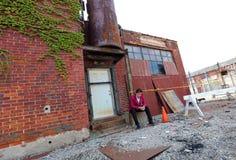 魔术师在底特律做在被放弃的大厦的密执安街道魔术在马达城市 图库摄影