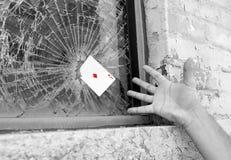 魔术师在底特律做在被放弃的大厦的密执安街道魔术在马达城市 免版税图库摄影