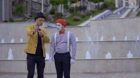 魔术师展示魔术技巧以模仿的纸牌 股票视频
