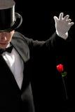 魔术师执行的红色玫瑰年轻人 免版税库存照片