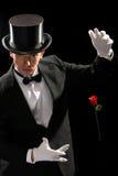 魔术师执行的红色玫瑰年轻人 库存照片