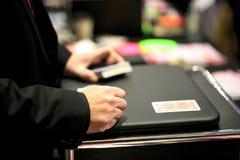 魔术师执行的纸牌 免版税库存图片