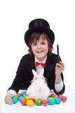 年轻魔术师男孩为复活节做准备 库存图片