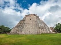 魔术师的金字塔在乌斯马尔,尤加坦,墨西哥 免版税库存照片