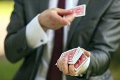 魔术师纸牌戏法 免版税库存照片